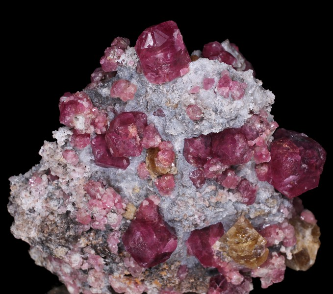 Grossular (rosa with black kerne), Vesuvianite and Calcite