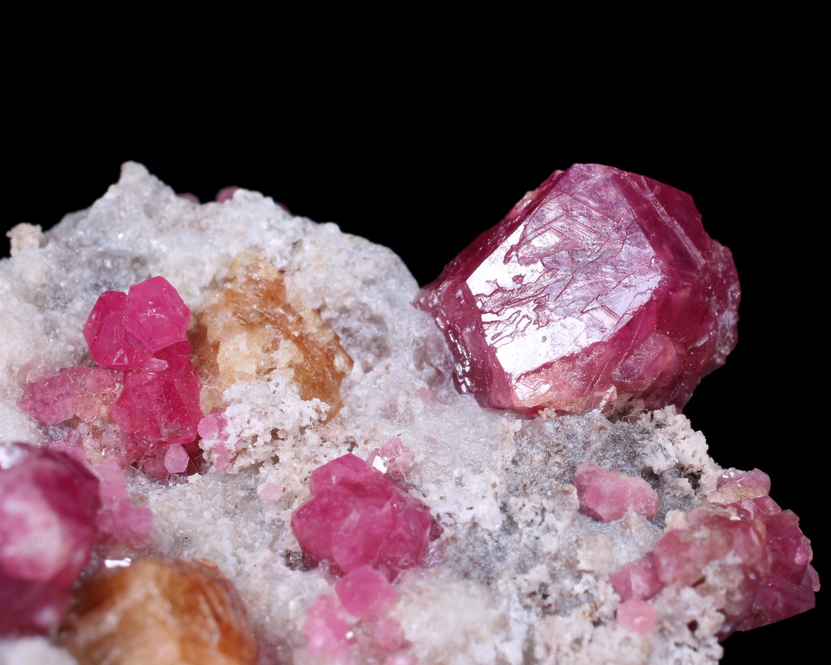 Grossular (rosa with black kerne), Vesuvianite and Calcite