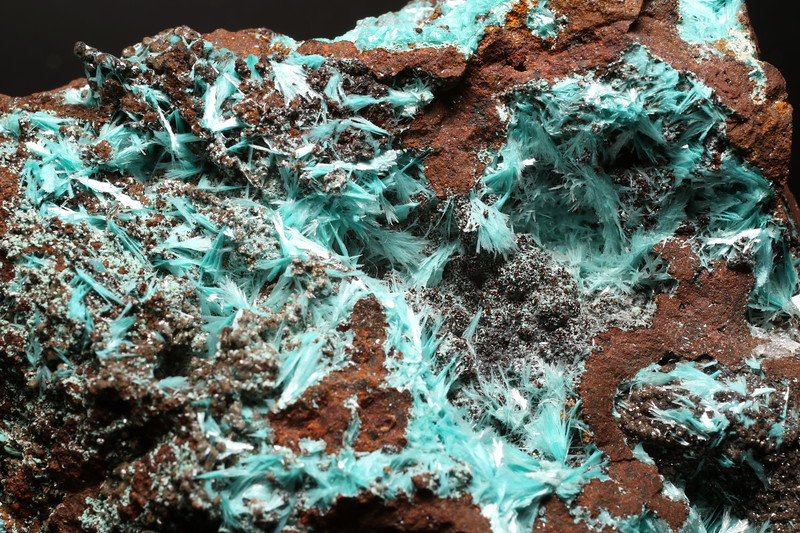 Limonite with Aurichalcite (pale blue)