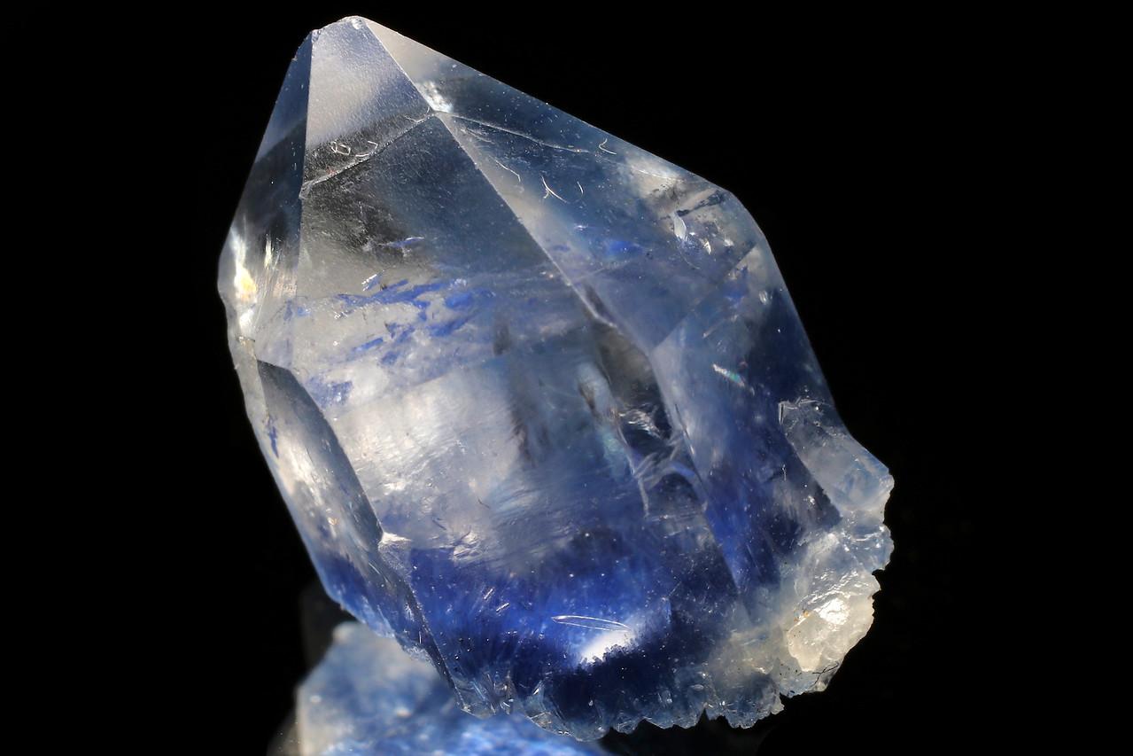 Dumortierite inclusions in quartz crystal_307_01