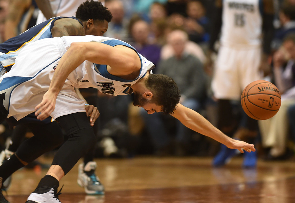 . Minnesota Timberwolves guard Ricky Rubio and Memphis Grizzlies guard Mario Chalmers scramble after a loose ball in the first half at the Target Center on Saturday, January 23, 2016. (Pioneer Press: John Autey)