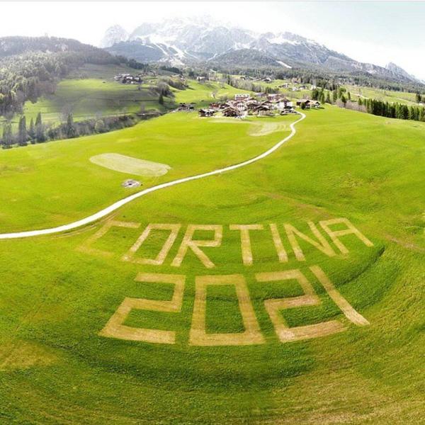 Localidad de Cortina d'Ampezzo publicitando el paso del Giro en RRSS