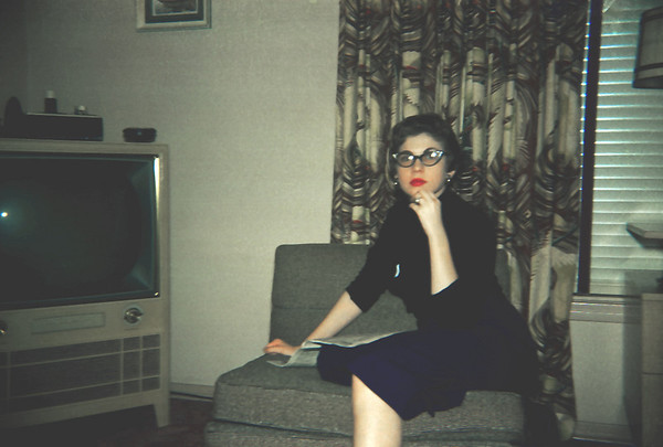 1950's living room w big TV