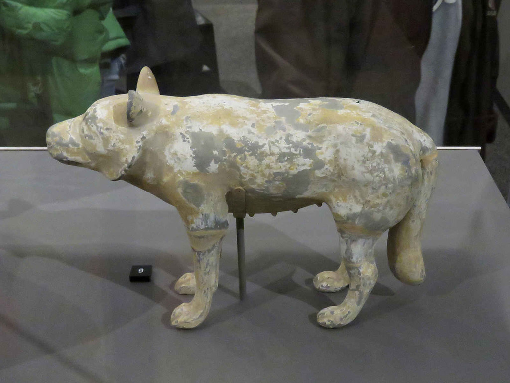 figure of a wolf-dog hybrid from the Han dynasty