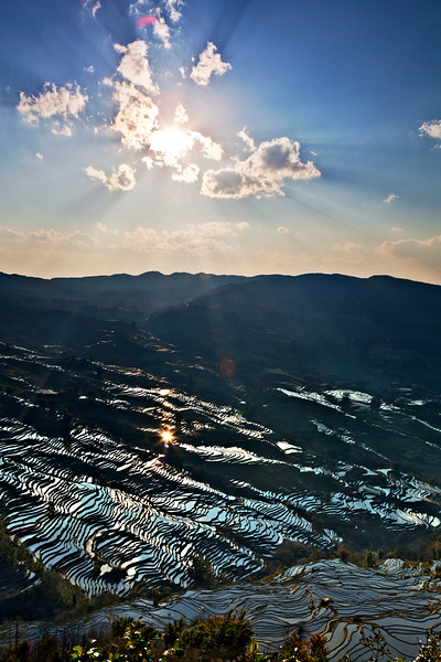 For more than 2,500 years, Yuan Yang's rice terraces have provided residents with their dietary staple and visitors with a breathtaking view. Thanks to these sparkling waters, even the clouds could not conceal the shimmering rays of the sun.