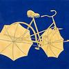 Odjíždějící kolo s deštníky v kobaltové modři