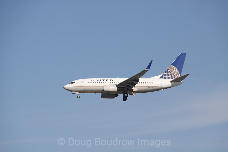 United (former Continental) 737 on final approach to Boston Logan, 7-6-12