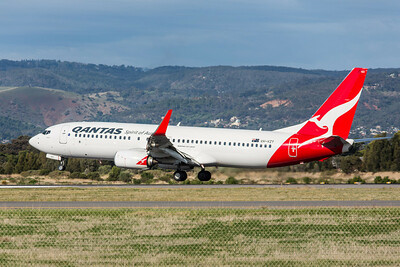 QANTAS 737-800 VH-VZY lands on 05