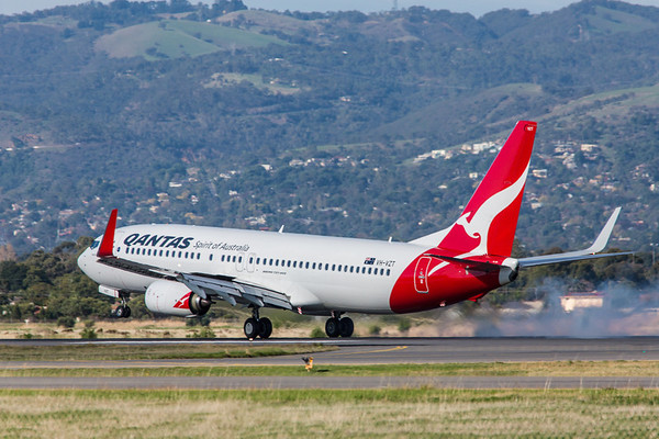 QANTAS 737-800 VH-VZT lands on 05