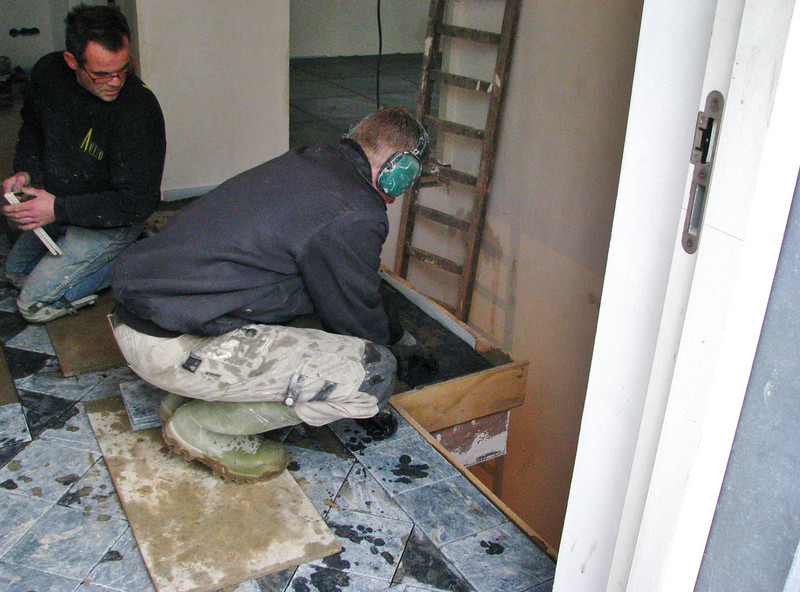 Toine and Hans (Avedo) are tiling the hall