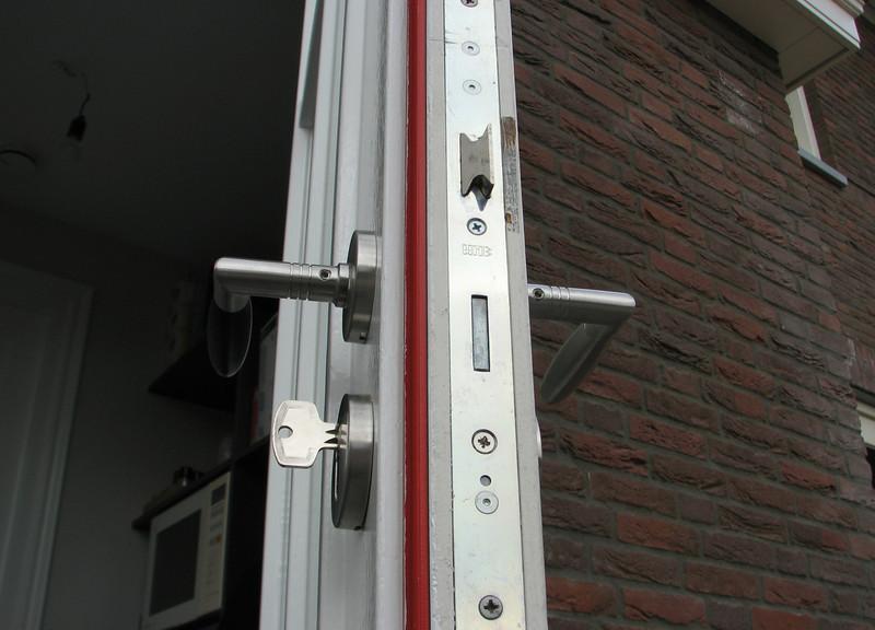 Marijn is mounting locks and door handles