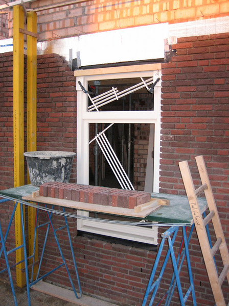 Preparations before bricklaying the upright course on the front side of the house