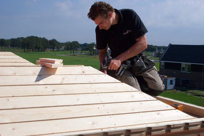 Building the roofs of the dormers bij carpenter Hans and Jarno