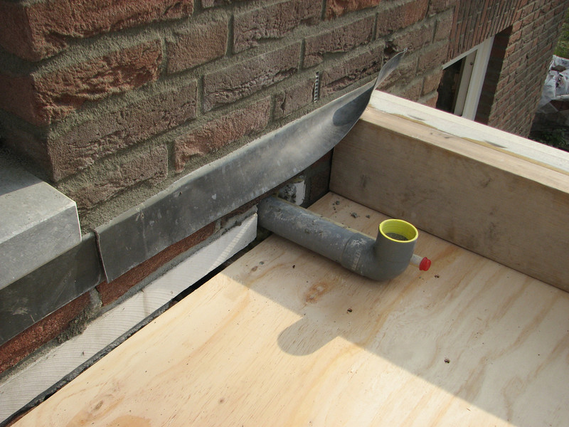 Integrated drain- and electrical pipe. Roof of the bay