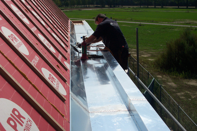 Mounting and soldering the zinc gutter by Coen Lokker