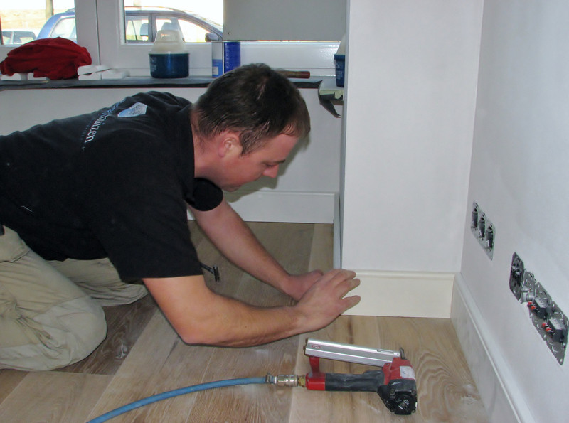 Hans is mounting the skirtings