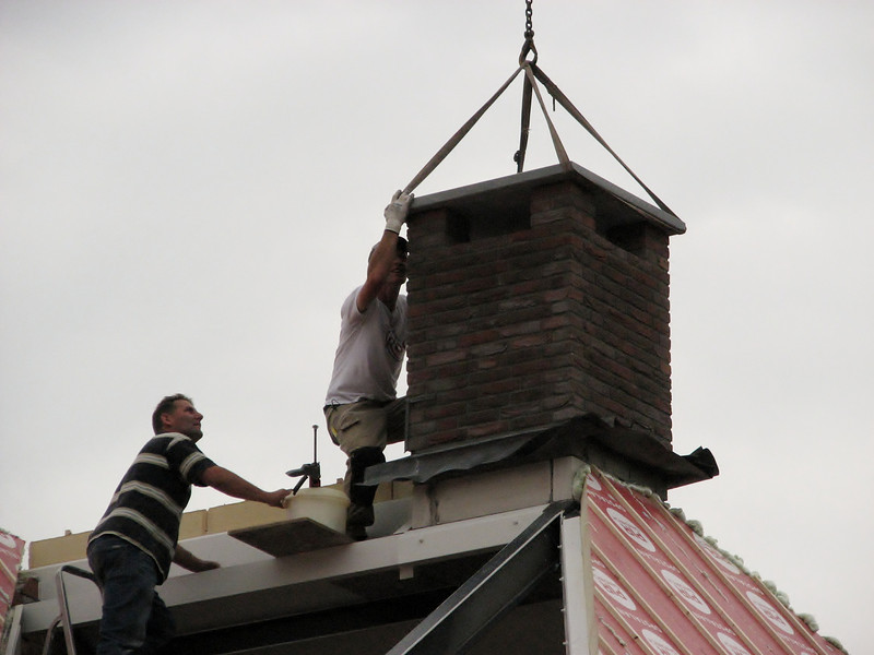 Marijn and Frans laying and adjusting the chimney stone plate
