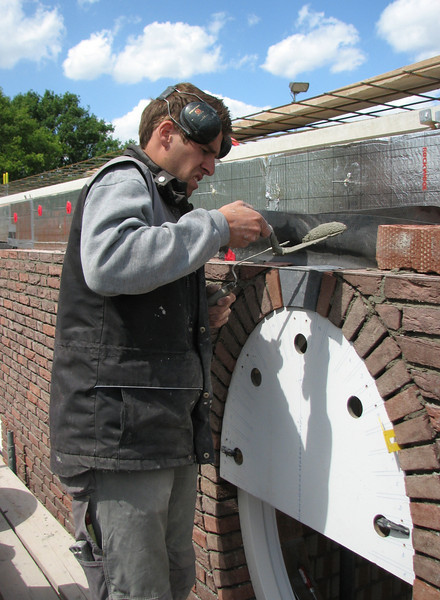 Bricklaying the upper part of the oval with a special mould