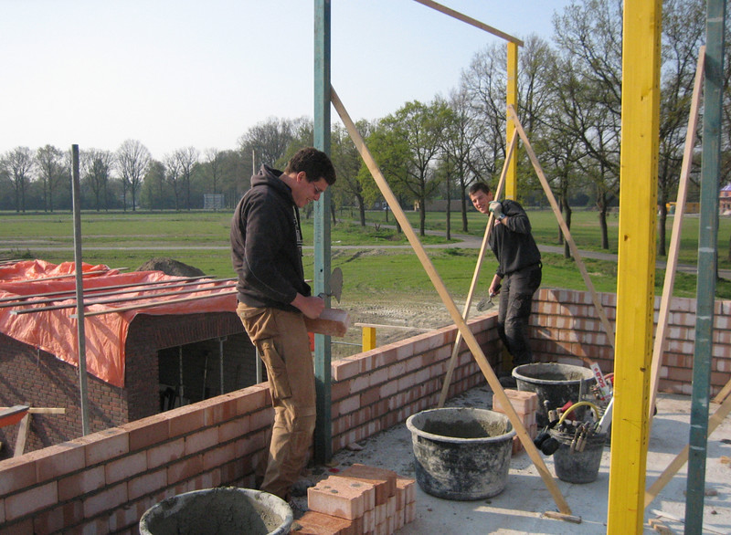 Bricklaying the inner walls of the first floor by Twan and Erik