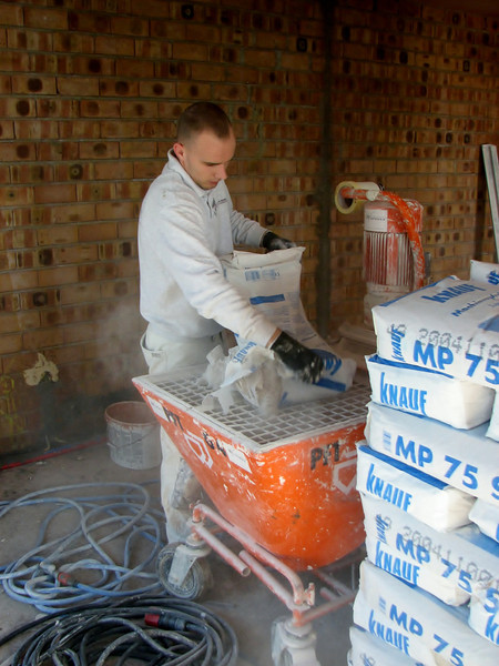 Plastering of the walls with a pump