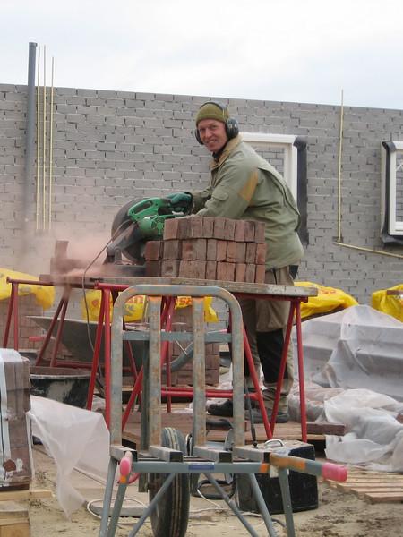 Sawing 1500 three-quarter bricks (NL: drieklezoor)