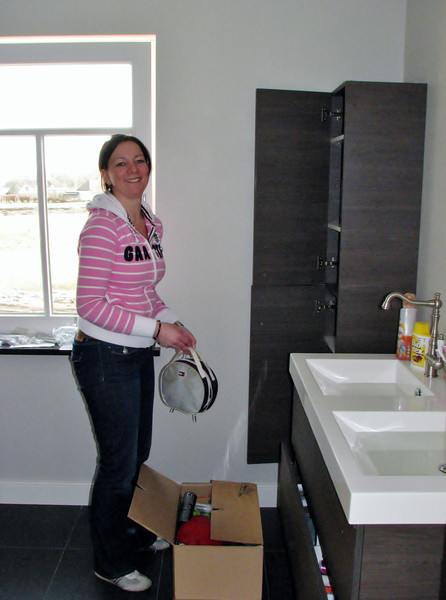 Chantal v.d. Wetering is helping with the inventory of the bathroom