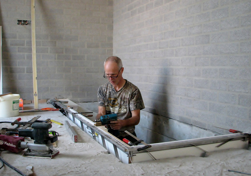 Marijn installing the fancing base and concrete mould