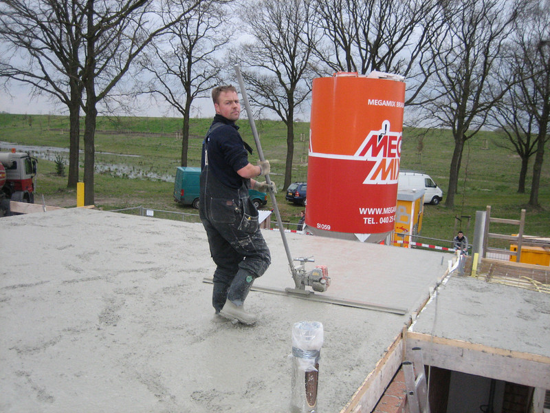 Equalizing the concrete of the first floor