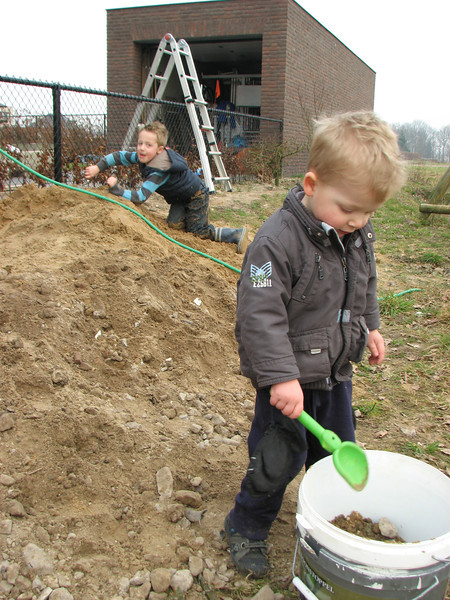 Jesse and Stijn are playing with fresh soil
