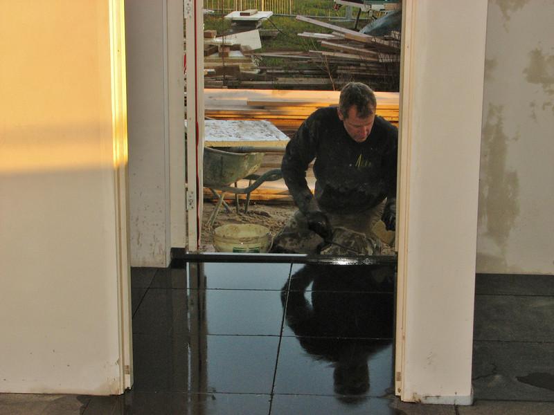 Toine Adriaans tiled the scullery floor with bluestone (Avedo tegelwerken)