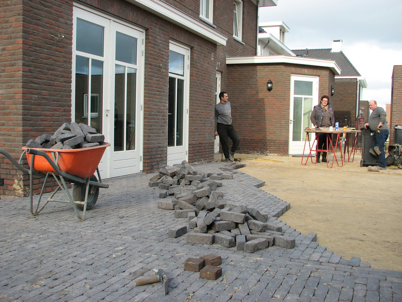Break, coffee from Imke, Firm Driessen paving the surface around the house