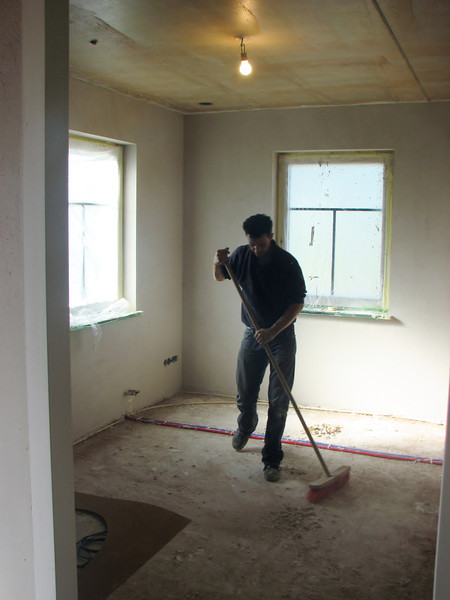 Robert cleaning Stijns room