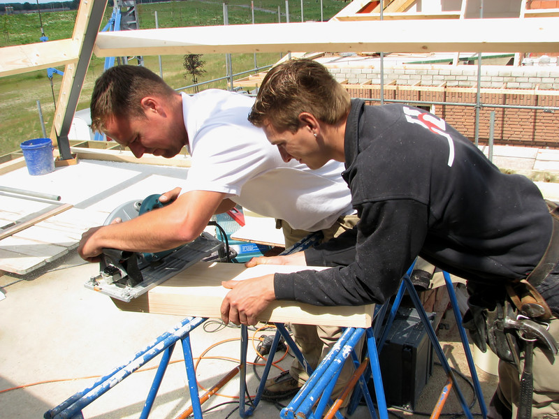 Fitting the roof beams by sawing