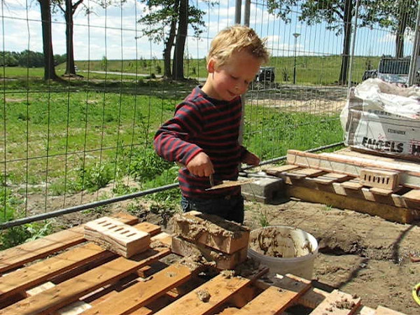 Film: Stijn bricklaying on the building site with mud