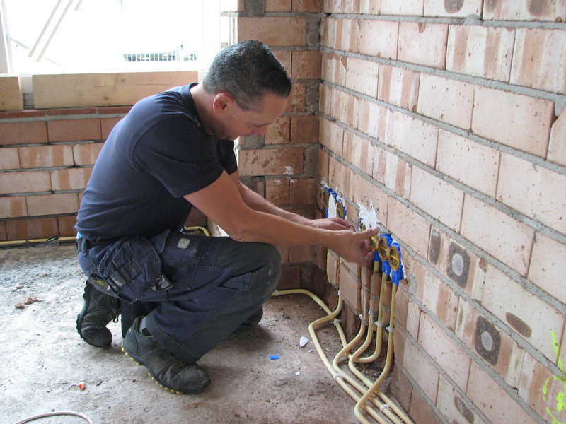 Electrician Martijn Fassbender installing the boxes