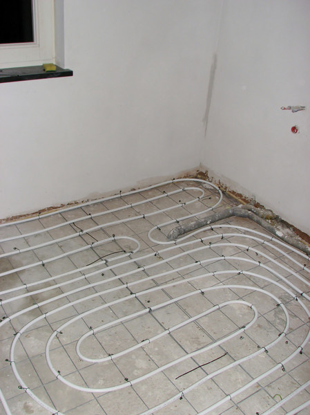 Installation of the heating hoses on the bad-room floor by Erick and Marijn