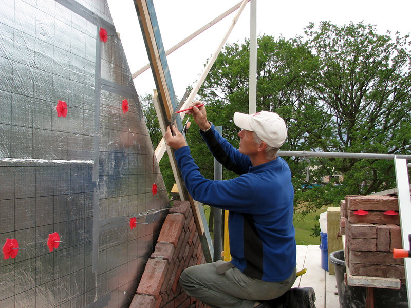 """Marijn measuring and rectifying the upright course (NL: """"boerenvlecht"""") of the gable"""
