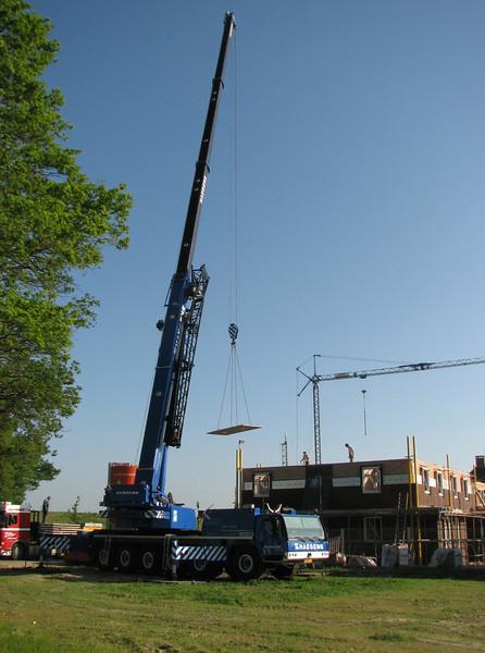 Using a crane for placing concrete floor elements of the attic (NL: Gebruik van een kraan voor het leggen van de breedplaatvloer van de zolder)
