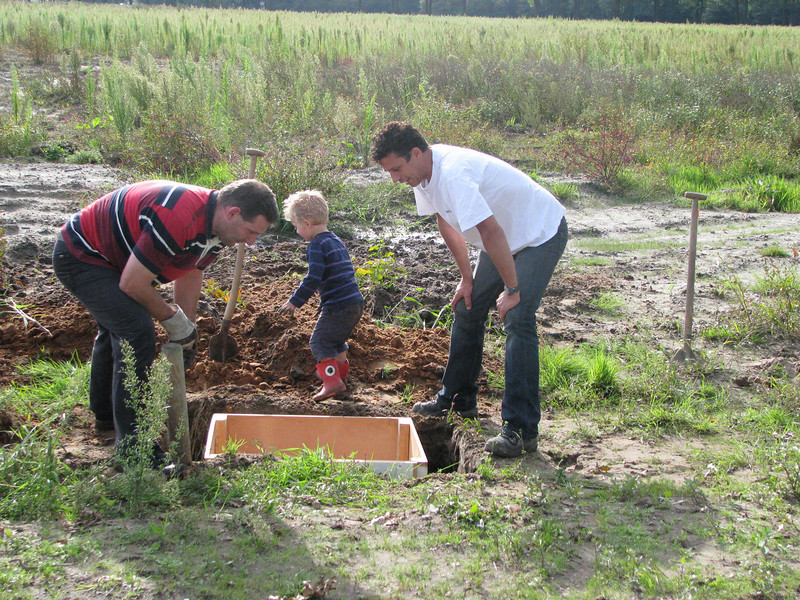 Placing the well-box with assist of Stijn :-)