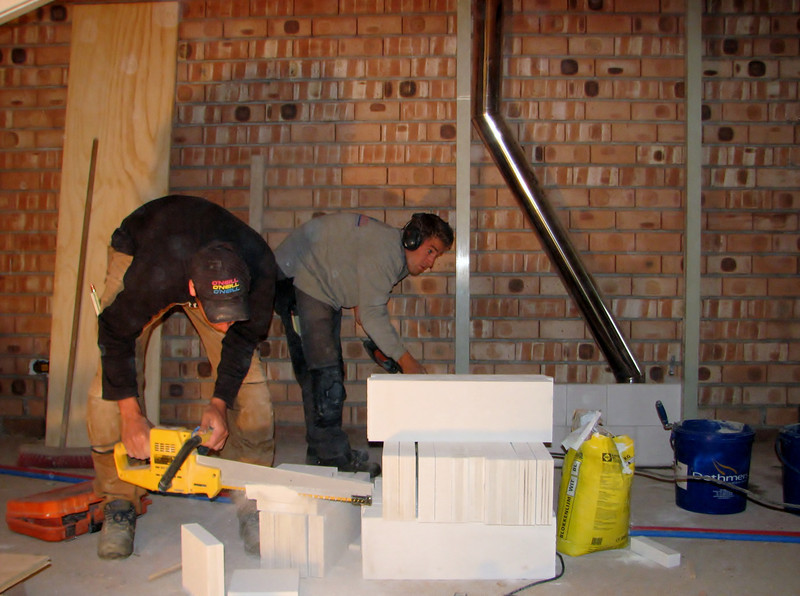 Twan and Paul working on the Pipe-shafts, bricklaying with YTONG