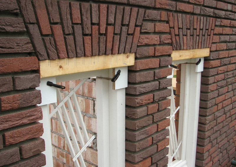 """The upright courses (NL: """"strik"""") of the gable"""