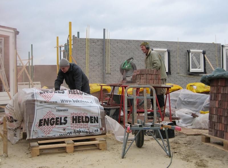 Stijn and Marijn sawing 1500 three-quarter bricks (NL: drieklezoor)