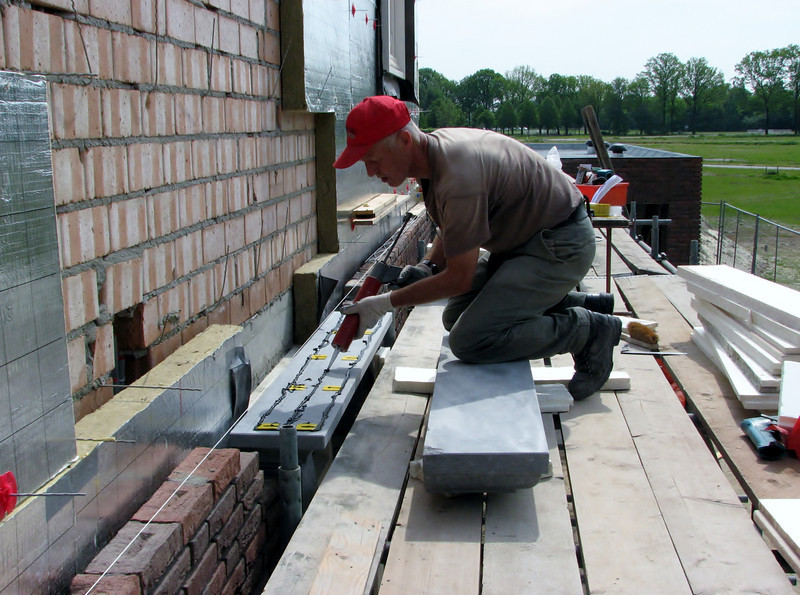 Placing the heavy topbeams of the door frame
