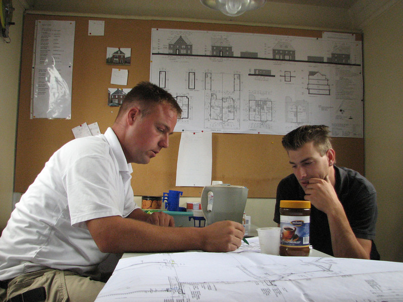 Carpenters Hans and Jarno calculate and placing an order for wood (roof)