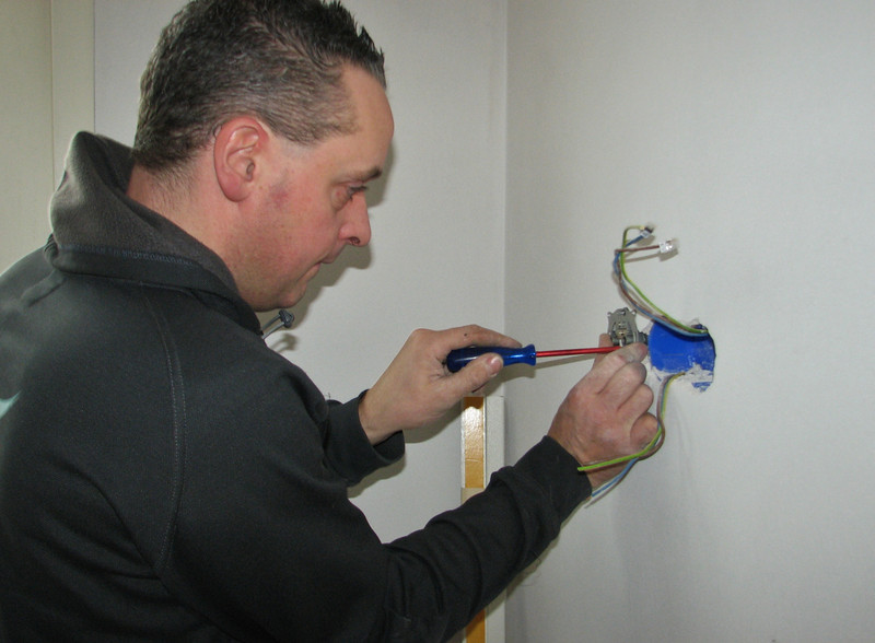 Electrician Martijn Fassbender is mounting the sockets