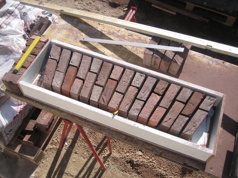 The stones of the bricksupright course of the garage windows (NL: strekse bogen voor de garage ramen)