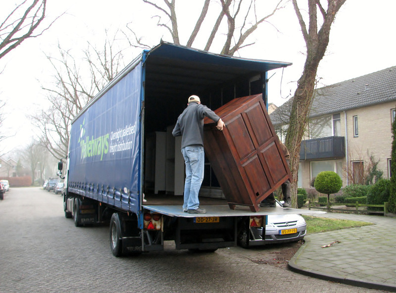 Moving in Jufferlaan 36 with help of Frans and Stijn Merks truck