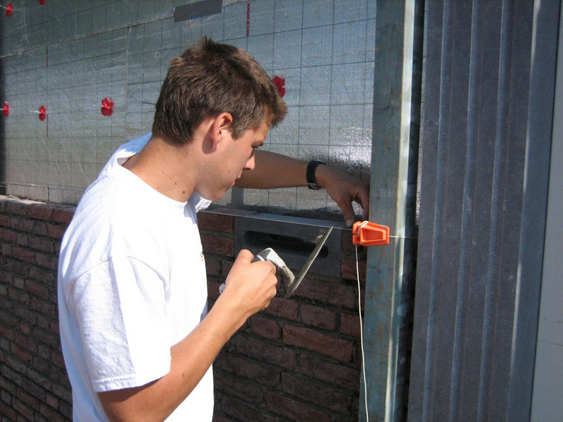 Erik van Gastel bricklaying the mailbox in the side wall
