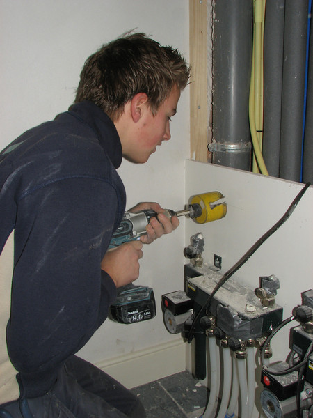Niels, the electrician student, is making a wall plug