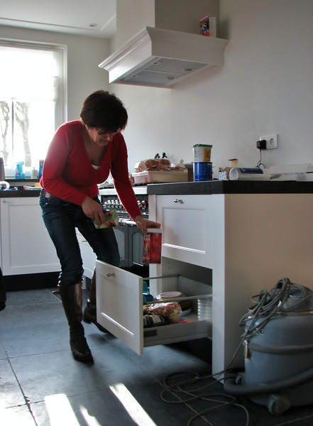 Anja Scholte Albers is helping with the inventory of the kitchen
